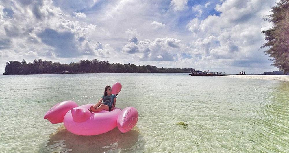 swan float untuk foto selfie di pantai dan laut Pulau Harapan
