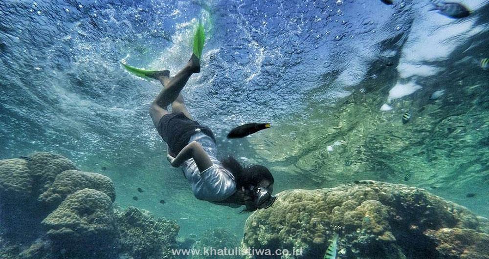 tidak saja menarik karena jelajah pulaunya, snorkeling juga asik di Pulau Tidung